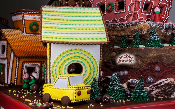 Royal Icing Inlay Vin Design Gingerbread House