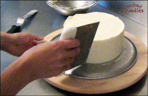 How to Frost a Round Cylinder Cake with a Bench Scraper